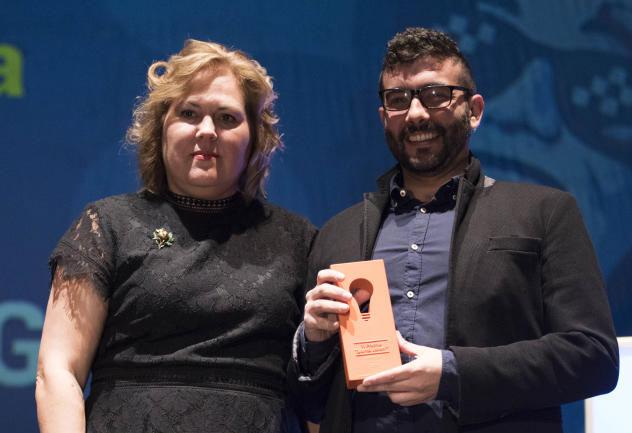 Pepa Torres entregando el premio talento joven